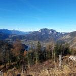 Schon während des Aufstieges bietet sich der eine oder andere traumhafte Aussichtspunkt - hier auf den Altausseer See, den Sandling, und rechts im Bild den Loser