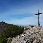 Gipfelkreuz mit dem Hochsalm im Hintergrund