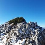Entlang der steil abfallenden Felswand geht es weiter