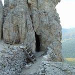 Durch diesen Felsen hindurch verläuft ein Tunnel, den wir durchqueren