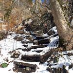 Steilere Passagen sind teils durch Stufen erleichtert