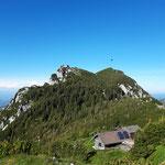 So geht es weiter - links die Gmundnerhütte und rechts der Traunstein Gipfel