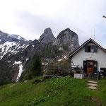 Ausblick zum Hochkogelhaus und der wunderschönen Bergkulisse im Hintergrund