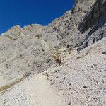 Weiterer Wegverlauf im felsigen Terrain