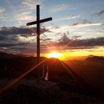 Pionierkreuz und 5 Fingers beim Sonnenuntergang