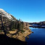 Entlang der Schneiderkogelwand schlängelt sich der Weg nach oben und bietet viele schöne Ausblicke auf den See und den dahinter liegenden Traweng