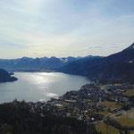 Blick über den Wolfgangsee - dahinter ein Traumpanorama, von der Katrin, über Rettenkogel, Bergwerkskogel und Rinnkogel, bis zur Postalm und rechts im Bild zum Zwölferhorn