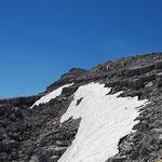 Weitere Schneefelder säumen den Weg - im Hintergrund nochmal der Warscheneck Gipfel