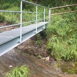 Weiter über eine kleine Brücke