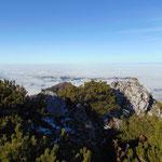 Über dem Flachland hält sich der Nebel