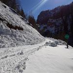 Wegverlauf entlang der Forststraße - der Schnee am Weg wird deutlich mehr