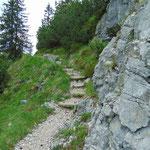 Am Ende der Alm verlassen wir die Forststraße und steigen über den Grazer Steig weiter auf