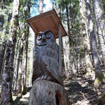 Wegverlauf - vorbei an Holzschnitzereien