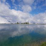 Vorbei am Spiegelsee, auch wenn der Blick zunächst eher wolkenverhangen war
