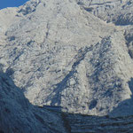 Mit starkem Kamerazoom erkennt man schon von weitem die Welser Hütte und das Gipfelkreuz des Großen Priel