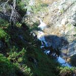 Immer wieder kleine Wasserfälle neben dem Weg