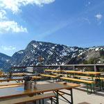 Auf der Terrasse der Goiserer Hütte - der Hochkalmberg liegt direkt vor uns