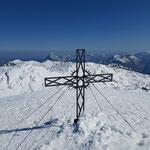 Gipfelkreuz des Großen Höllkogels - dahinter ist markant der Traunstein zu sehen