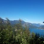 Der See ist schon weit unten - jedoch zahlt es sich aus, den Blick auf Schafberg und die weiter dahinter liegende Drachenwand zu genießen