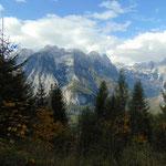 Ausblick auf das Tote Gebirge, klein und etwas vorgelagert ist der Scheiblingstein zu sehen