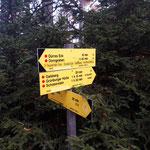 Bei diesem Schild gabelt sich der Weg - rechts geht es zum Gaisberg, links zum Dürren Eck