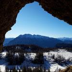 Blick durch den Höhleneingang auf den Grimming