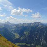 Ausblick vom Gipfel aus - direkt zu unseren Füßen liegt das schöne Marbachtal