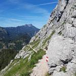 Vorbei am Großen Schoberstein geht es wieder über das steinige Terrain
