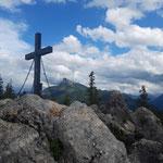 Gipfelkreuz des Almkogels - dahinter der Schafberg