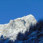 Der Große Priel und dessen markantes Gipfelkreuz rücken ins Blickfeld