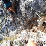 ... Und hier gleich eine weitere schwierige Passage - ein Abgrund der mit Seilversicherung zu überqueren ist