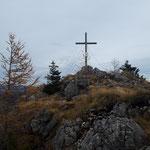 Schon ist das Gipfelkreuz nach etwa 45 Minuten Gehzeit erreicht