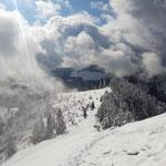 Ausblick auf die umliegende Winterlandschaft
