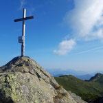Gipfelkreuz - im Hintergrund ist das Grießenkareck zu sehen