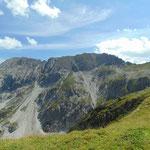 Neben uns die eindrucksvolle Aussicht auf die Steinfeldspitze