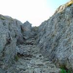 Teils steil geht es zwischen den Felsen nach oben