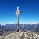 Gipfelkreuz des Seespitzes mit dem Sengsengebirge im Hintergrund