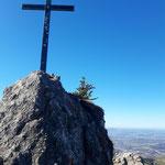 Nockstein Gipfelkreuz - dahinter lugt der Stadtrand von Salzburg hervor