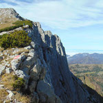 Spektakuläre Felswände neben dem Weg