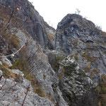 Vorbei an den spektakulären Felsen des abfallenden Traunsteins wandern wir vom Ufer aufwärts zur Forststraße