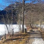 Zunächst verläuft der Weg am Seeufer
