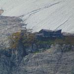 Blick auf die Simonyhütte im starken Zoom