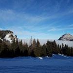 Über dem Flachland liegt sehr hoch der Nebel - rechts im Bild ist das Wieslerhorn zu erkennen