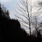 Blick auf die Silhouette der Ruine Scharnstein am Weg zum Auto