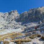 Nachdem die Passage im Schwierigkeitsgrat A überwunden war, ging es im teils steilen Felsgelände weiter