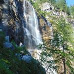 Der spektakuläre Wasserfall fällt an dieser Stelle direkt neben dem Weg