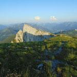 Blick über das Plateau, den Wegverlauf entlang der Felsklippe und die Spinnerin
