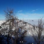 Aus dem Nebelmeer ragen nur ganz wenige Gipfel heraus