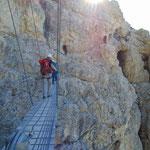 Nach der Hängebrücke folgt der anspruchsvollste Teil der Tour: Das schmale Felsband, das rechterhand aufwärts führt