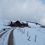 Vor der Erlbachhütte zweigt der Wegverlauf linkerhand ab